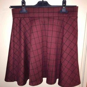 Jätte mysig högmidjad kjol! Väldigt stretchy och mjukt material.