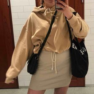 Såå fin hoodie från BikBok köpt förra sommaren. Kortare i modellen men storlek L så på mig sitter den oversized men om man spänner in den blir den kort. Snygg till klänning så man fortfarande kan se midjan. Kan mötas i Lund/Malmö eller skicka mot kostnad!
