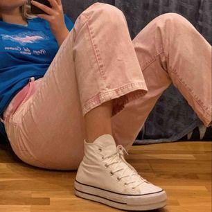 Ascoola rosa jeans från ASOS! Köpta i stress till en temafest och kom sen aldrig till användning igen pga att dom är för stora för mig. Långa i benen (passar mig som är 180) och högmidjade! Små fläckar längst ner. Kan mötas upp i Lund/Malmö eller skickas.