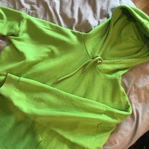 Skitcool hoodie från Monki som tyvärr inte kommer till användning. Stl XS men passar även S-M. Jättemysig verkligen. Kan mötas upp i Lund/Malmö eller skicka mot kostnad.