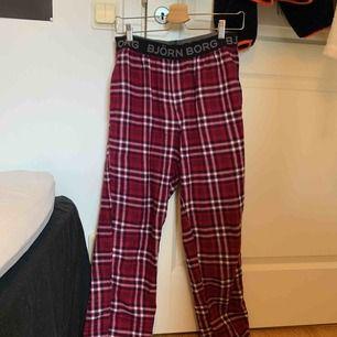 Björn Borg pyjamas byxor i strl S, dom är herrmodell så lite för långa för mig, nypris 400 kr jätte fint skick!
