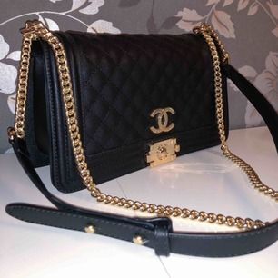 Hej! Jag säljer min ursnygga Chanel väska. Jag har tagit mycket väl hand om väskan och ser helt ny ut. Kan tänka mig att gå ner i pris :)