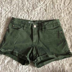 Säljer ett par militärgröna shorts, säljer de pga att de är för små för mig💕