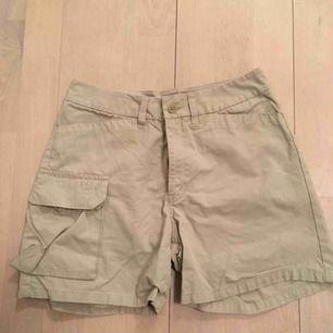Peak performance shorts strl XS, beige. Observera liten fläck på baksida, se bild.  Postas (40 kr) eller ses i Sthlm.