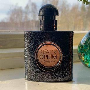 Endast provsprayad Black Opium.   Spårbar frakt 63:-