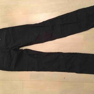 Armani jeans strl 27, svarta.  Skickas med postnord (60kr) eller hämtas i Sthlm.