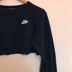 Avklippt sweatshirt från Nike. Är 168 cm och på mig sitter den precis så att den täcker brösten. Använd mycket men fortfarande i bra skick. Finns dock fläckar från röd färg på ena armen. Skriv för mer bilder/info. Kan mötas upp i Gbg/frakta❤️