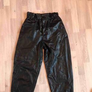 Trendiga, högmidjade byxor i fakeläder, köpta på Zara. Använda en gång, så som nya. Sitter så skönt på! Skriv för mer info/bilder. Kan mötas upp i Gbg/köparen står för frakten❤️