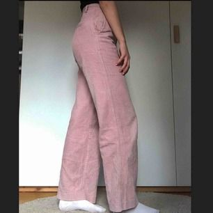 Säljer mina fina rosa manchesterbyxor från HM, storlek 34.