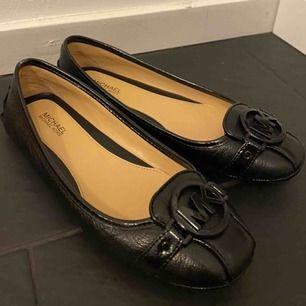 Hej! Säljer mina supersnygga äkta Michael Kors skor. Använda endast en gång då de tyvärr är för små för mig. Möts helst upp i centrala Stockholm annars står köparen för frakten! 🖤🖤 OBS: pris kan diskuteras vid SNABBAFFÄR!
