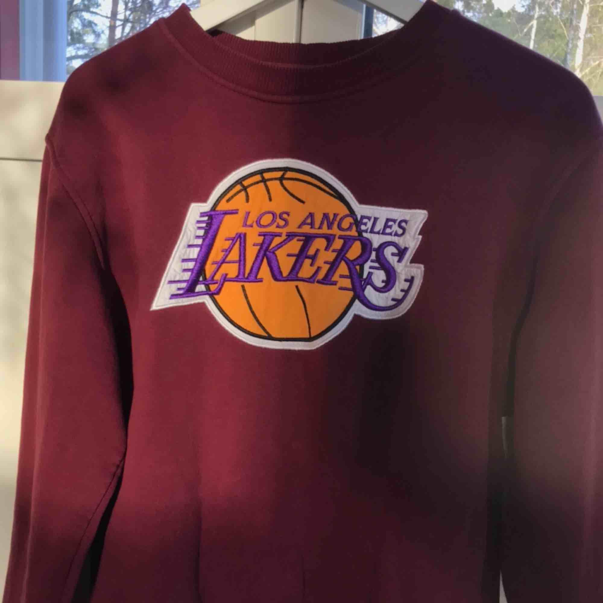 Säljer min fina Lakers-tröja, som är i mycket fint skick. Varm och mjuk. Den är i strl M, som en 38a.  Budgivning: ledande bud 250kr. Huvtröjor & Träningströjor.