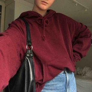 Säljer denna snygga vinröda hoodie från weekday storlek L men passar mig som vanligtvis har S (fast oversize)🥰