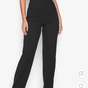 SÖKER!!! Söker dessa straight crepe pants från Nelly i storlek xs!! Har dessa i S så om någon har vill byta mot xs eller sälja så skriv!!! Säljer mina vid intresse