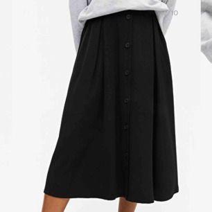 Monki Pleated Midi Skirt i XS. Endast använd ett fåtal gånger - i perfekt skick! Säljer då den är lite trång i midjan på mig. Upphämtas i GBG annars skickar jag gärna. Frakt tillkommer!