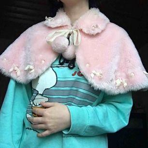 Sötaste löskragen i rosa fluff! En riktig dröm. Knyts i fram med snörena med bollar på. Sparsamt använd och i väldigt fint skick. Vid frakt står köparen för kostnaden 💌