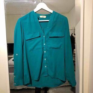 En grön blus från märket 365, använd ett fåtal gånger. Färgen gör sig inte riktigt rättvis på bilderna, den är lite mer åt de grön hållet (skriv om ni vill ha tydligare bilder). Storlek 36