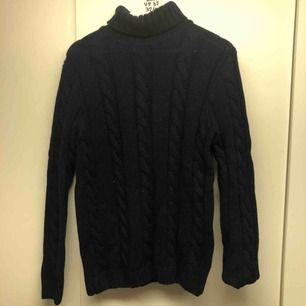 Marinblå stickad polo tröja från Selected home  Skick 7/10 Säljes på grund av för liten
