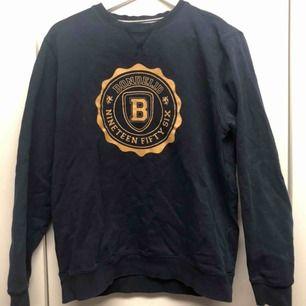 Bondelid sweatshirt strl L men sitter som M Skick 7/10 lite urtvättad annars snygg tröja  Säljes på grund av för att den har blivit för liten