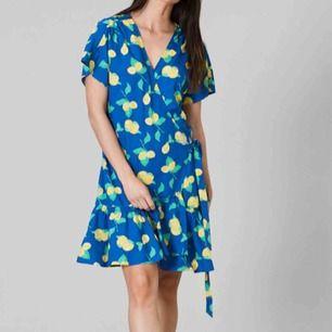 Säljer en riktig sommardröm från Svea som är helt oanvänd💛Det är en blå omlottklänning med citronmönster, knytning i sidan & volanger ner till.🍋Nypris är 800kr.