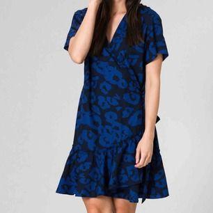 Säljer en skitsnygg blå/svart leopardmönstrad klänning från Svea som är helt oanvänd!🐆 Den är omlott, har knytning i sidan och volanger nertill. Nypris är 800kr.