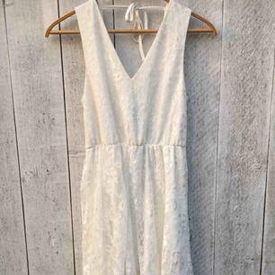 Säljer en vit spetsklänning från Jeane Blush som är perfekt till skolavslutning/studenten🤩Den är djup i ryggen & är bara använd en förmiddag✨