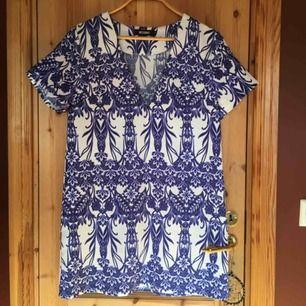 Säljer en blå/vit mönstrad klänning från Missguided som är helt oanvänd🦋