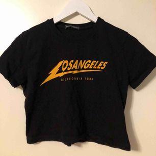 Jättefin (och jätteskön!!!!) croppad t-shirt från Brandy Melville, endast använd fåtal gånger. Kund står för frakt(ca 60kr).