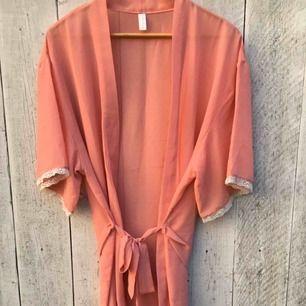 Säljer en rosa kimono/tunn morgonrock med vit spets i ärmarna/nertill✨ Helt oanvänd då rosa inte är min färg.
