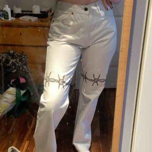Ljus blåa (typ vita) Levis jeans som jag har målat på själv med färg som håller i tvätten, skulle säga att dom passar S-M lite oversized. Bra skick, skriv om du är intresserad💕🦋