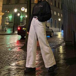 Weekday jeans i modellen ACE🖤 Jag har vikit upp den med säkerhätsnål men man kan ju självklart ta ut dom om man vill. Jag e 166cm. Pris kan diskuteras vid en snabb affär.💜