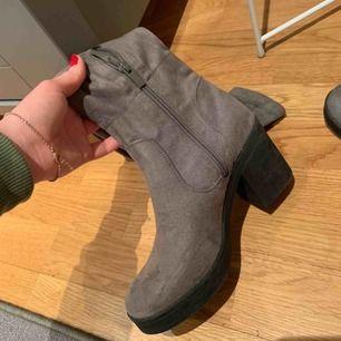 Over the knee skor med en klack. I fin mörkgrå färg i mocka. Dragkedja sitter på insidan av smalbenet. Osäker på strl men passar mig som har ca 37. Endast använda 1 gång. (Inklusive frakt📦)