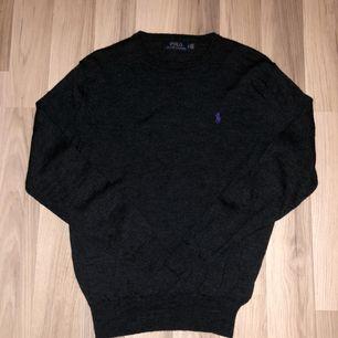 Ralph Lauren tröja mörkgrå i bra skick! 200kr inklusive spårbar frakt. Tveka inte att fråga om du undrar över nåt! :)