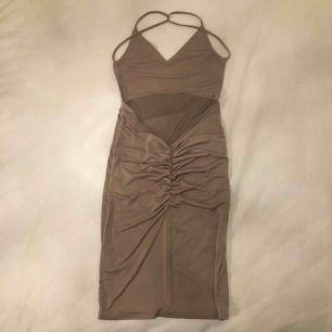 Mink färgad klänning från Rebecca Stella. Storlek xs. 140 kr med frakt