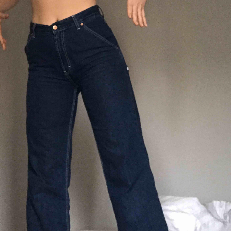 Jeans från Tommy Jeans!!!  Dom sitter otroligt bra runt rumpan men är tyvärr för korta för min smak 😣😣 MÅNGA VILL HA DESSA SÅ BUDA! Höjs med 10kr per gång. Avslutas 13/2 kl. 20.00 Kan mötas upp i Lund/Malmö eller skickas via post. Jeans & Byxor.