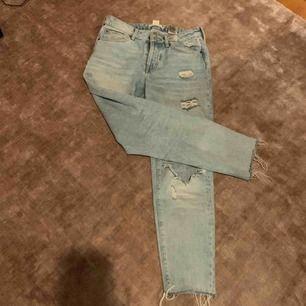 Snygga jeans med hål på båda knän. Lite stora på mig men längden funkar. Jag är 172 💘✨
