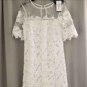Säljer en superfin helt oanvänd (prislapparna kvar) klänning från Nelly i storlek 34. Går ungefär till över knäna (är 1.66). Köpte den för studenten men använde en annan klänning. 300kr + porto 🥰