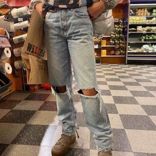 Ett par as snygga raka långa jeans från hm, dessa är slutsålda och liknar de jätte populära jeansen från zara väldigt mycket💕 de är i storlek S och personen på bilden är runt 168💕
