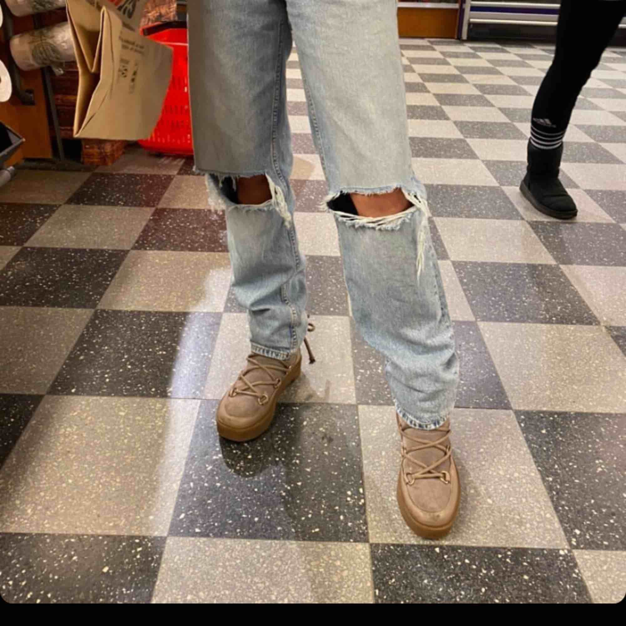Ett par as snygga raka långa jeans från hm, dessa är slutsålda och liknar de jätte populära jeansen från zara väldigt mycket💕 de är i storlek S och personen på bilden är runt 168💕 . Jeans & Byxor.
