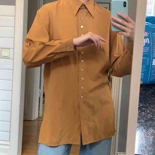 Senapsgul vintage skjorta, storlek 36. Frakt 42kr