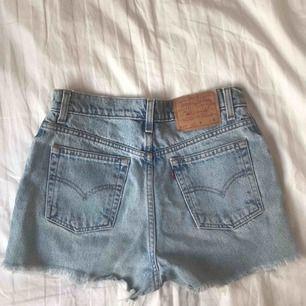 Perfekta Levis 501 jeansshortsen, passar till allt! 🦋 Midjemått 74 cm = 29 tum, men levis vintage är generellt små i storleken! Jag har storlek 27-28 i t.ex Weekday jeans 🦋 Frakt tillkommer!