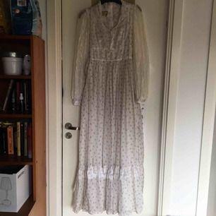 Äkta Gunne Sax klänning! Superlång och drömmig med snöre i bak som gör att du kan snöra midjan lite. Köpt 2hand (ofc) men har mest haft den som dekoration i rummet. Finfint skick! Vid frakt står köparen för kostnaden 👼🏻👏🏻