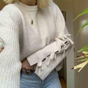 Supergullig stickad tröja med vida ärmar och rosetter