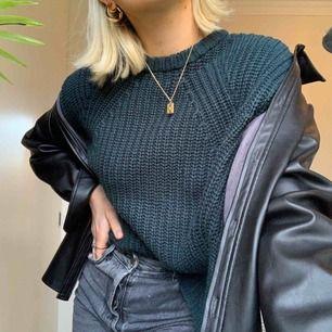 Stickad tröja i en sjukt fin grön färg, aldrig använd. Inklusive frakt!