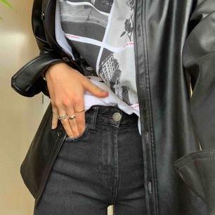 Riktigt snygga straight jeans. Säljer pga att de tyvärr är försmå för mig :/