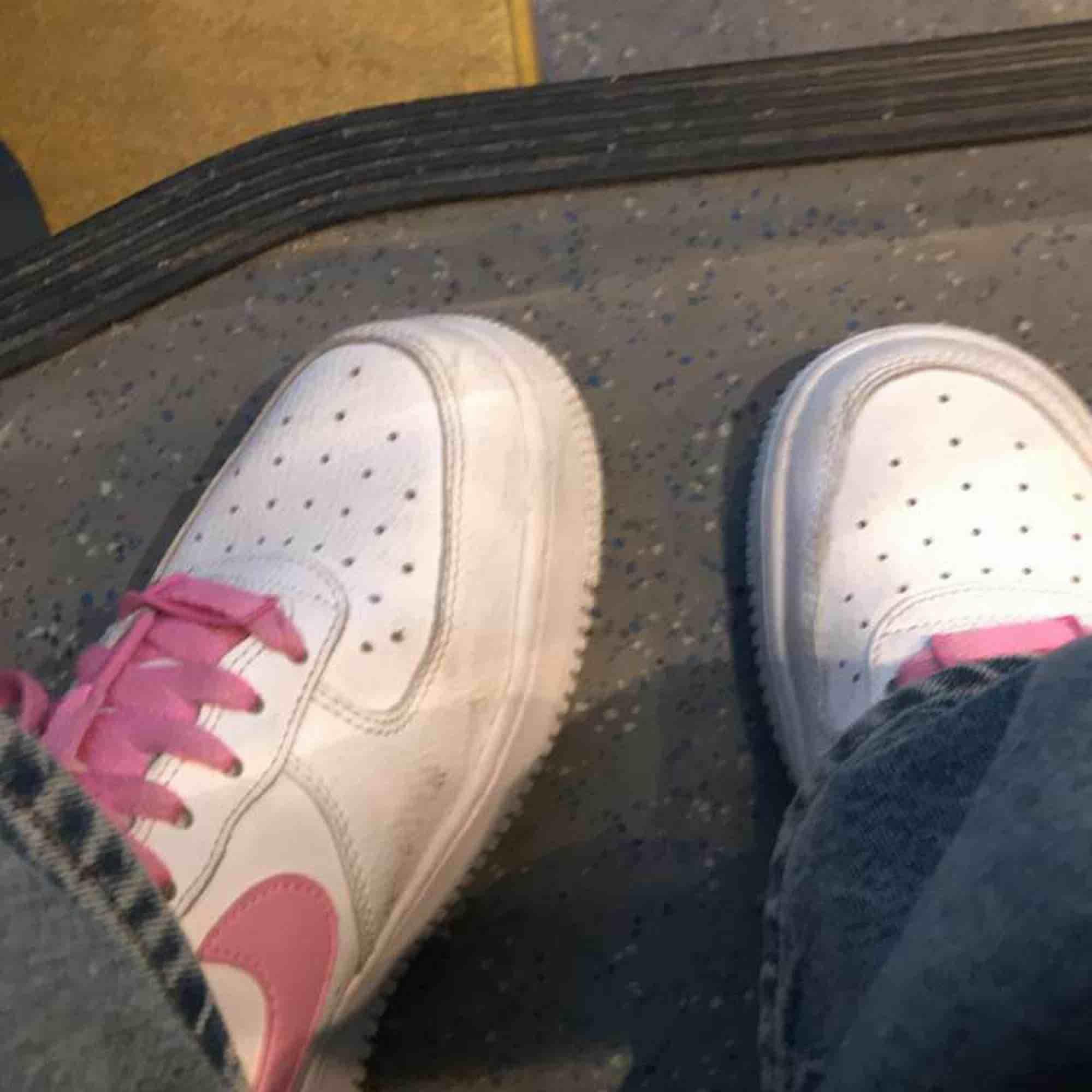 Fatastiska underbara fina vintage skor som är väldigt populära inte slitna alls och har rosa Nike märken. Skor.
