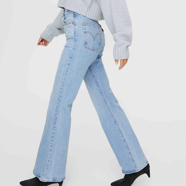 Ribcage flare jeans från Levis. Inga fel på dem! Fraktar om köparen betalar frakt! Strl 27, kan skicka egna bilder!. Jeans & Byxor.