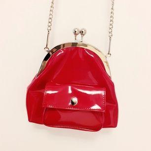 Söt lackröd vintageväska med silverdetaljer❤Ett riktigt unikt kap som är inköpt secondhand men i superfint skick! Kommer tyvärr för sällan till användning så därav säljer jag den🌎Frakt: 63:- spårbart