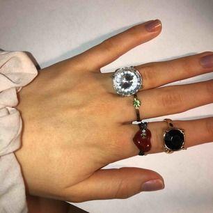 4 olika ringar. 5 kr/st för den guld/svarta och för den guld/gröna. 10 kr/st för hjärtat och den stora diamanten.