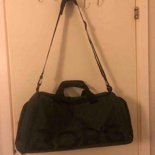 Väska från Björn Borg köpt i sommras men inte kommit mycket till användning, den är i nyskick.
