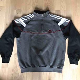 Vintage Adidas 1/4 zip Sweatshirt / Crewneck  Jättefint skick Passar M/L , snygg oversized på mindre storlekar också Skickas för 63kr